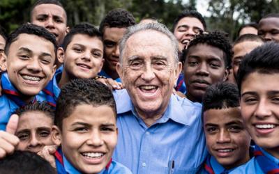 Kolumbianischer Priester schenkt zehntausenden Kindern Frieden – und erhielt nun den World's Children's Prize